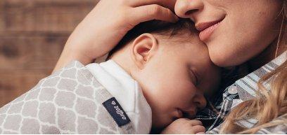 Dormire in fascia: i benefici della nanna a contatto con la mamma